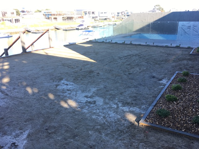 Safety beach sub-base for the installation of synthetic grass